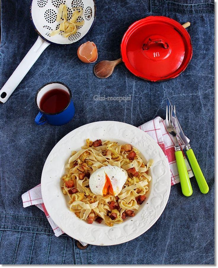 Gizi-receptjei.  Várok mindenkit.: Kelkáposztás-szalonnás tészta buggyantott tojással...
