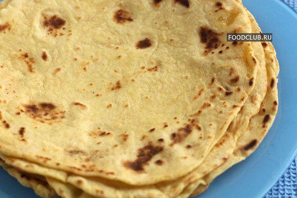 Мексиканские тортильи делают из пшеничной или кукурузной муки. Для кукурузных тортилий оба вида муки смешивают поровну. Тортильи получаются менее эластичными, чем пшеничные, поэтому их лучше использовать не для буррито, а просто как дополнение к еде. К тому же из них получаются отличные чипсы, надо только нарезать готовую тортилью треугольниками и подсушить в духовке до хруста.
