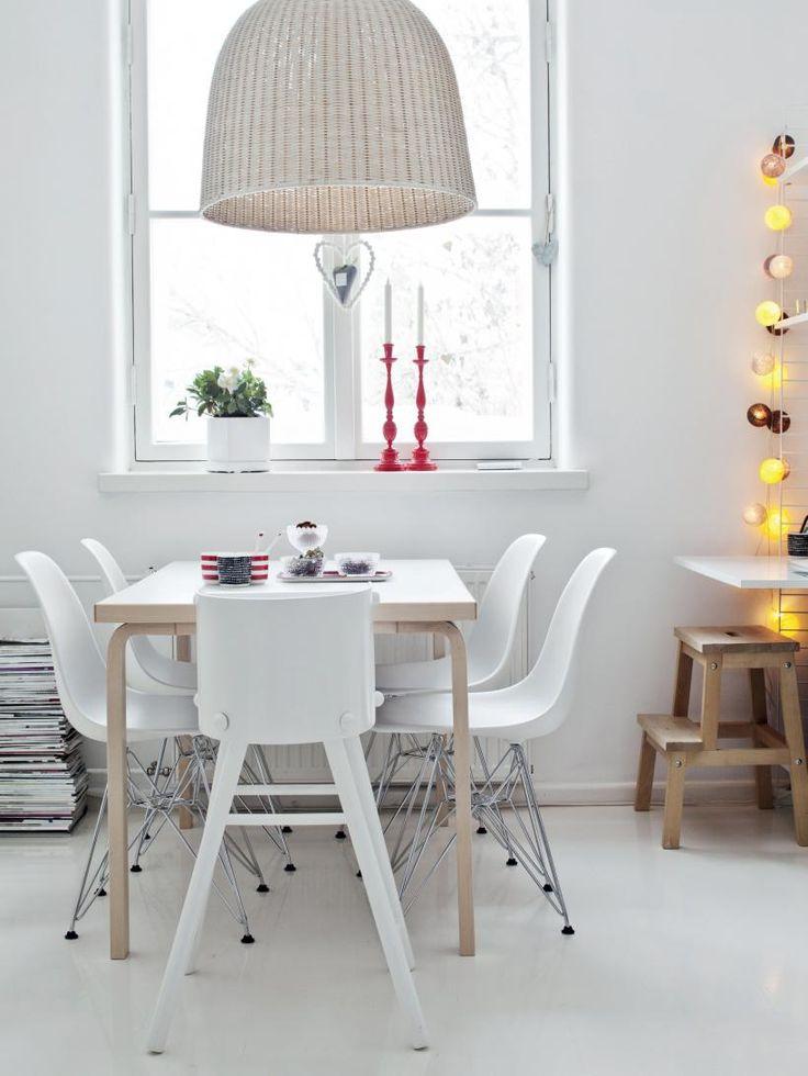 Keittiön huonekaluklassikoita ovat Artekin ruokapöytä ja Charles & Ray Eamesin tuolit. Ikean kattovalaisin ja Stockmannilta ostettu valosarja tuovat pehmeää valoa. Punaiset kynttilänjalat ovat perintöä lapsuudenkodista. | KUTKUTTAVA JOULUN ODOTUS | Koti ja keittiö