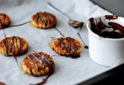 Oppskrift:      1 godt moden banan     100 gram kokosmasse     Evt. sukkerfri mørk sjokolade / vanlig mørk sjokolade  Fremgangsmåte:  Sett ovnen på 175 grader (varmluft)  Miks banan og kokosmasse i en foodprosessor, blender eller stavmikser.  Fordel massen utover et bakepapir. Jeg brukte en liten pepperkakeform for å lage sirkler. Du kan også bare legger klatter av massen og trykk ned med en gaffel.   Stekes midt i ovnen i ca 23-25 minutter. Tiden avhenger av ovnen. Snu de også...