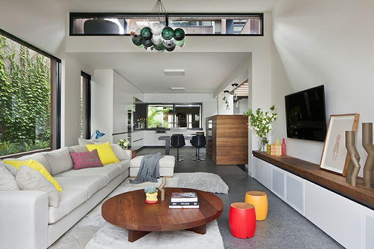 Простое и лаконичное решение гостиной зоны с несколькими яркими акцентами на светлом основном фоне.