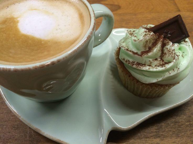 Cafe latte og mintgrønne cupcakes