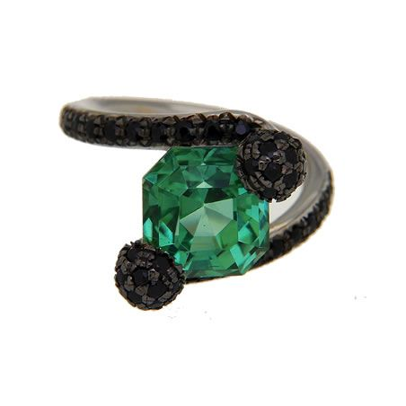 White gold ring with green tourmaline and black spinels. A union of unique, original gems, for a new jewelry style. By Luxedogems.com
