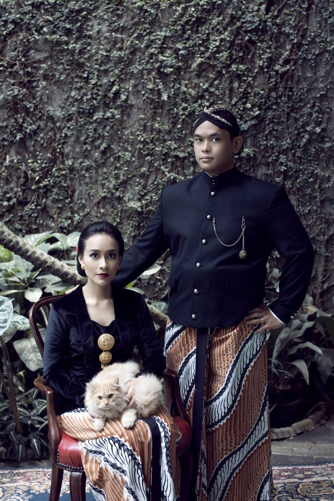 A Pre-Wedding Shoot Inspired By Classic Javanese Portraits | http://www.bridestory.com/blog/a-pre-wedding-shoot-inspired-by-classic-javanese-portraits