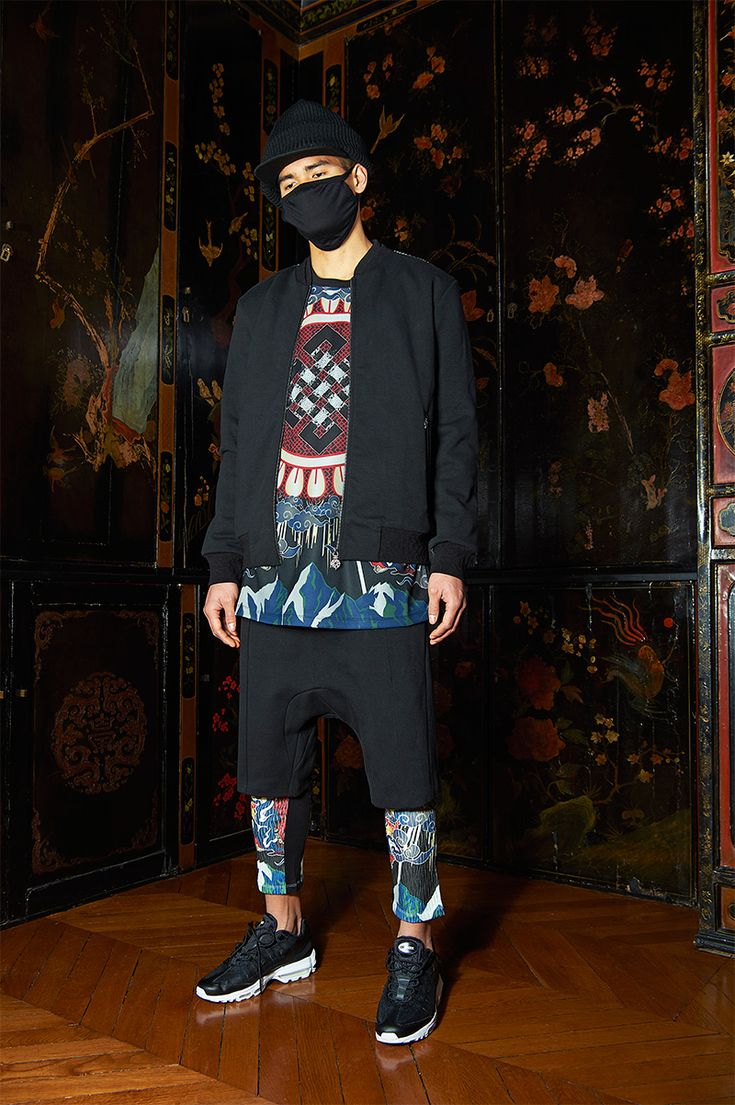 In a majestic homage to the rare Kazakh art of eagle hunting, Les Benjamins explores the regal Mongolian sport for Fall/Winter 2017. Inspired by the ancient ritual and its primal connection between man and beast, the collection charts... »