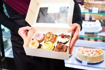 V této kategorii najdete dortové krabice na celé dorty, nebo jen na kousky dortů, nebo svatební košíčky na výslužku a krabičky s držadly či uchem. Cukrářské obaly za výhodné ceny. Nabízíme dortové krabice, krabičky na cukrovinky, krabice na dorty...
