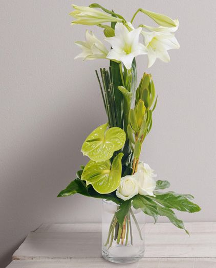 Perle Bouquet graphique élancé de lys blancs et anthuriums verts. #bouquet #fleurs #mariage #création