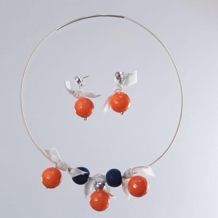 Conjunto de collar y pendientes realizada con cuarzo facetado de color naranja, cuentas de resina azul y lazo gris de terciopelo.