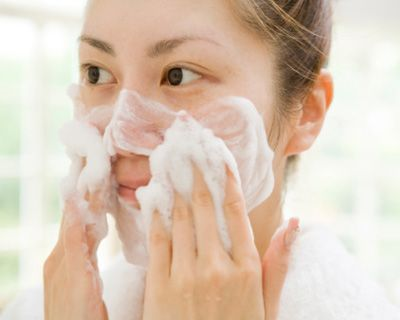 Surprisingly, most women do not know how to properly wash their face. Get the complete guide to the most effective face wash methods.