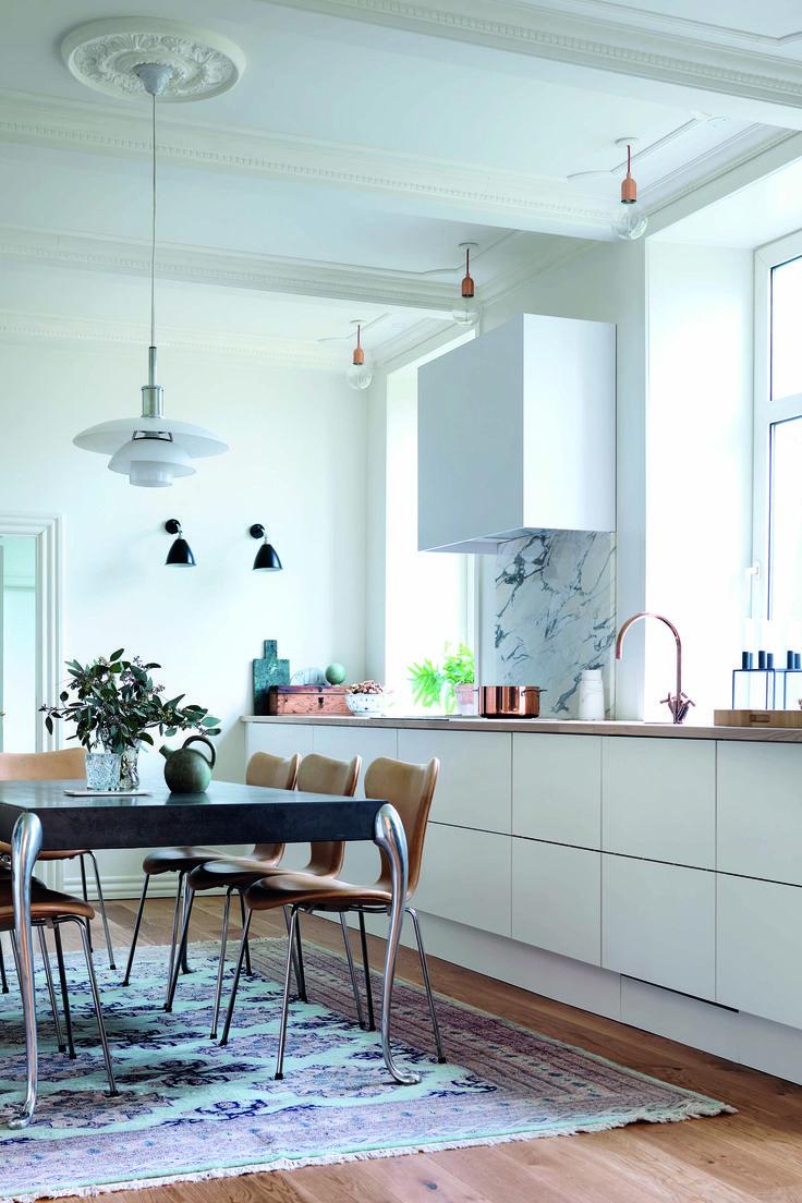 Køkkenet på det gamle gods blev bygget op omkring JKE Designs model Riva, der er helt enkel og ren i sit udtryk. Dermed blev det nye køkken en diskret, moderne stemme i de historiske omgivelser.