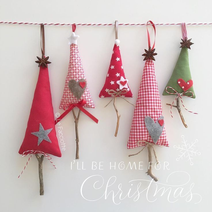Hängende Bäume aus Stoff zum Verzieren des Hauses oder des Weihnachtsbaums sowie echter Holzstamm. lefacciotte@ Hängende Bäume aus Stoff zum Verzieren des Hauses oder des Weihnachtsbaums sowie echter Holzstamm. lefacciotte@