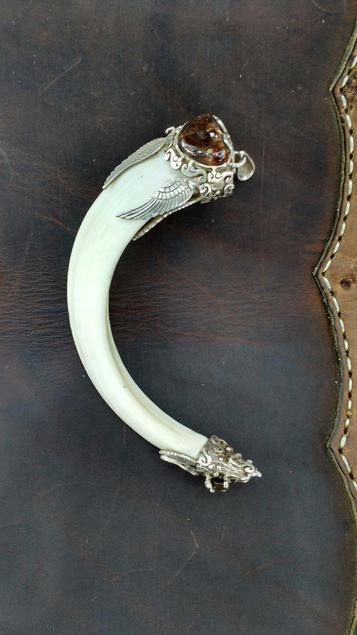 Colmillo de jabalí con montura en plata y ágata cornalina
