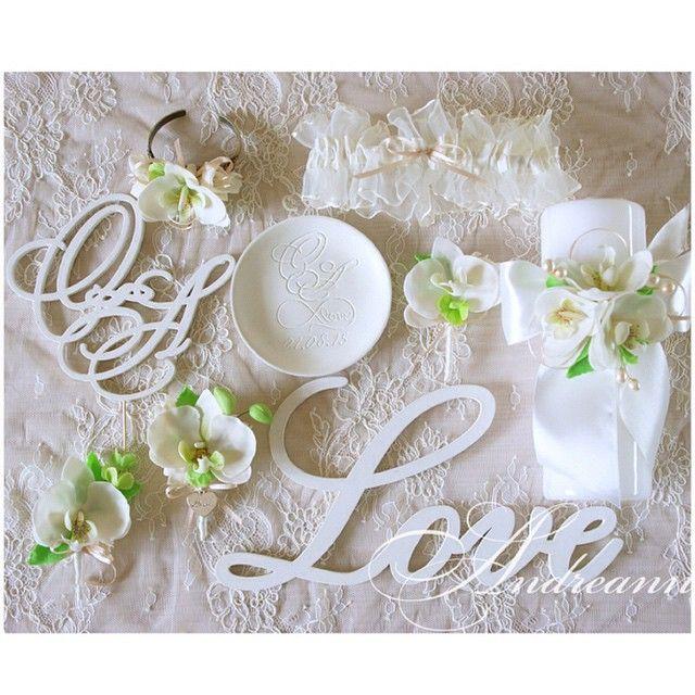 Доброе утро, милые мои! Пусть неделя будет особенной! На фото аксессуары для пары Ольги и Аки, и их торжества в Финляндии! ☺️Цветы ручной работы, лепка, тарелочка для колец- ручной работы, гравировка вручную! #суоми #свадьба #словаиздерева #свадьбавгреции #свадьбавтурции #свадебныеатрибуты #свадьбасанторини #свадьбавевропе #свадебныйдизайнер #свадьбазаграницей #свадьбанаостровах