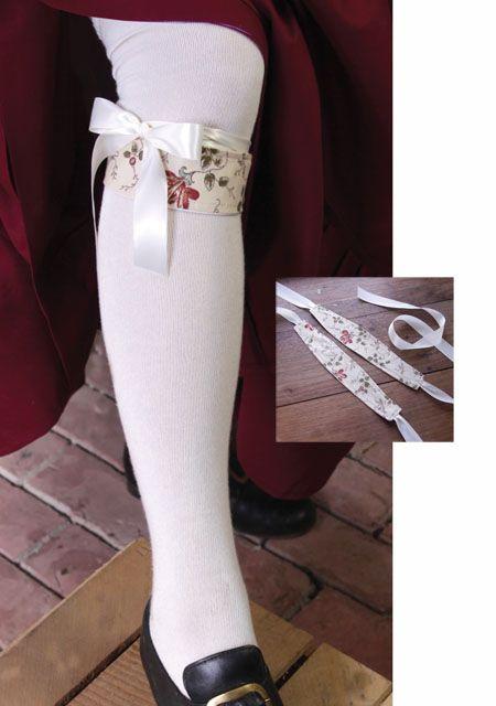 Podwiązka z ozdobnym przodem zawiązana pod kolanem