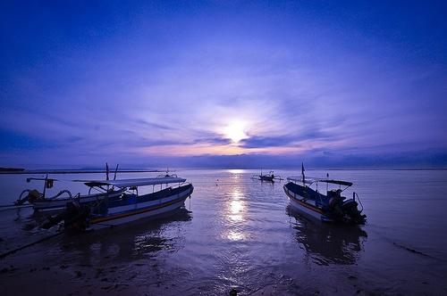 Ciel et météo clémentes pour les pêcheurs matinaux balinais. #Bali