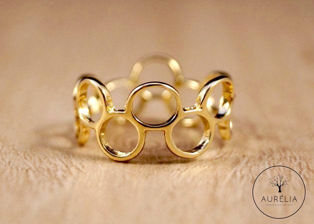 Dieser filigrane Ring besteht aus gold plattiertem Messing und wurde auf der Vorderseite hauchdünn von Hand patiniert. So erhält der Ring seine leicht glatte Oberfläche und einen warmen Farbton....