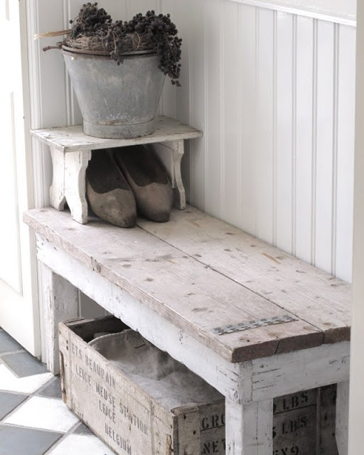 Stoer halbankje van oud hout en stijgerhout.