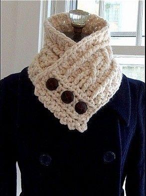 Bufanda de crochet en color beige con botones