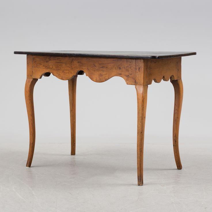 Rokoko, 1700-tal. Målat, svärtad skiva. Profilerad sarg, svängda ben. Längd 104. Bredd 53,5. Höjd 74 cm.