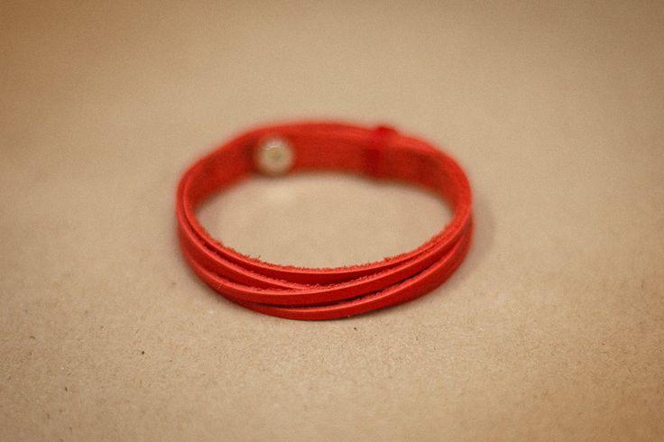 Červený náramek s pletivem vyrobený z pravé kůže. Ručně vyrobený náramek ze 100%…