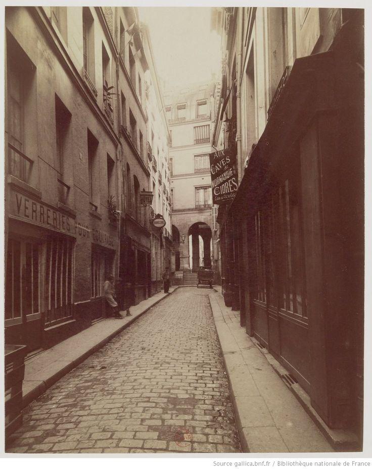 Rue de l'Hirondelle : [Cour de l'Hotel de la Salamandre] : [photographie] / [Atget]
