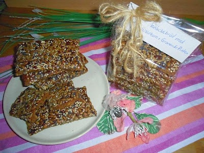 Scandinavisch Knäckebröd! Heerlijk luchtig en knapperig. Vol met granen, pitten en zaden, zoals tarwe, mout, gerst, zemelen, rogge, zonnebloempitten en lijnzaad. Het eenvoudige recept staat op http://heerlijke-recepten.blogspot.nl/