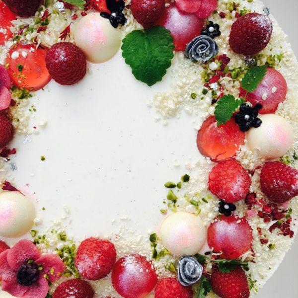 """""""Denne kage egner sig fantastisk som bryllupskage, festkage, fødselsdagskage eller lign. Men præcis denne er en kage serveret ved et CHANEL-event i februar 2016."""" Jeg blev bedt om at bage kager til et CHANEL event.. Jeg modtag et mood-board fra Chanel med titlen """"Vinterhaven"""" – og straks var jeg igang med at udtænke et koncept.Jeg …"""