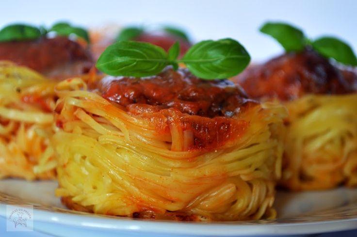 Cuiburi din paste cu chiftelute, sos de rosii si mozzarella   CAIETUL CU RETETE