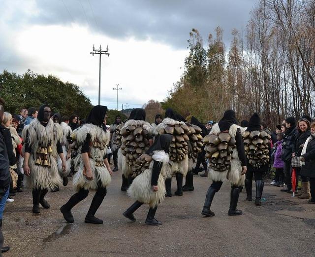 """Carnevale di Ortueri : S'Urtzu e is Sonaggiaos  """"Is sonaggiaos"""" prendono il nome dai campanacci che si appendono al collo di buoi e pecore. Il gruppo principale, che avanza nelle strade del paese a passo cadenzato, agitando i campanacci, rappresenta infatti un gregge, mentre s'Urtzu, ricoperto di pelli scure, è la bestia/demone che si agita e si dimena, aggredisce le persone e si arrampica su case e alberi"""