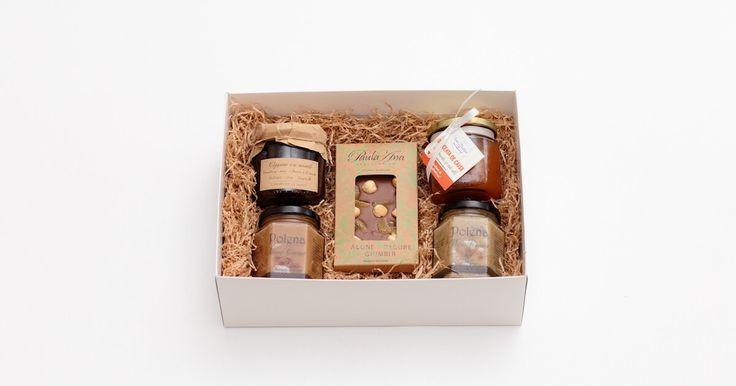 Un cadou gourmet, delicios, ideal pentru un gurmand. Cu produse românești, de manufactură. Răsfăț cu miere-cremă, dulcețuri și ciocolată artizanală.
