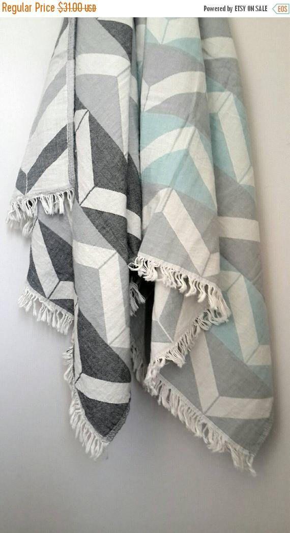 Asciugamano di cotone stonewashed gettare nello ZigZag  Puro cotone spiaggia & piscina / Festival/bagno / sedia tiro / stuoia di Yoga / Swaddle blanket throw. Favoloso - biadesivo tessuto asciugamano. Leggera e rapida asciugatura.  Tessile casa della Boemia per la vostra casa accogliente.  Un modello bellissimo chevron e morbido tessuto anche rendere questo tessile tessuta a mano un rinfrescante aggiornamento intorno alla casa.   Dimensione: -36 x 63 pollici /...
