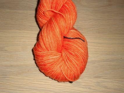 Orange - Håndfarvet Mellemtykt Garn i Superwash Merino.  Håndfarvet garn i en meget klar og frisk orange.