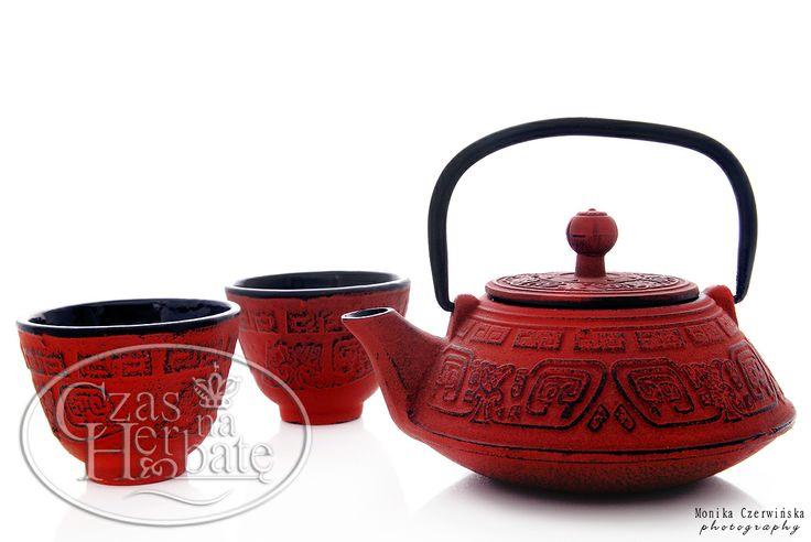 Żeliwny zestaw czajnika i dwóch czarek w orientalnym wzornictwie.