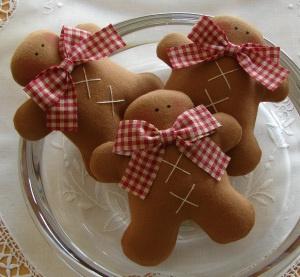 stof filt honningkage mænd honning kagemænd kage mand sløjfe jul julepynt jule vedhæng sy Three Tilda Gingerbread Men