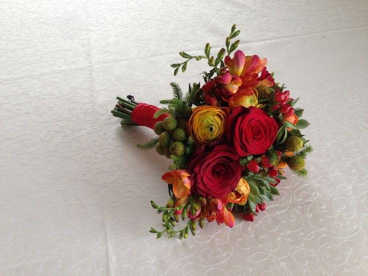 Красная свадьба. Букет невесты. Розы, суккуленты, фрезии, гиперикум