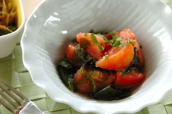 湯むきしたトマトと大葉、ワカメを玉ネギ入りドレッシングで和えました。