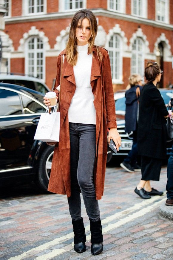 Avec quoi porter un trench en daim fauve le bon look avec un jean skinny gris et des boots - Comment porter un trench femme ...