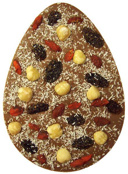 Paasei van melkchocolade met hazelnoten, goji bessen, rozijnen en kokos
