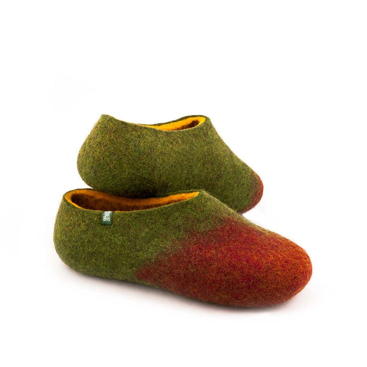 Slippers for winter in 100% merino wool. These felted slippers are seamless made in three colors to give you pleasure and maximum comfort. #felted #wool #slippers