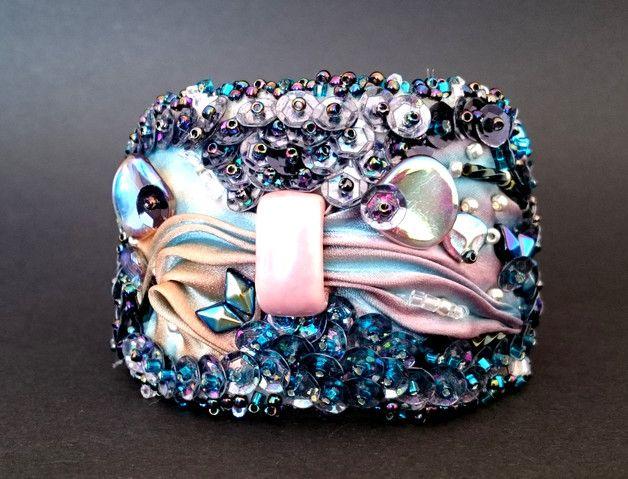 Bransoletka wykonana z ręcznie barwionego jedwabiu shibori, cekinów oraz szklanych koralików najwyższej jakości. W kolorach różu, błękitu i fioletu. Bransoletka wykonana jest w całości ręcznie z... Facebook: Cristallin sutasz i koraliki