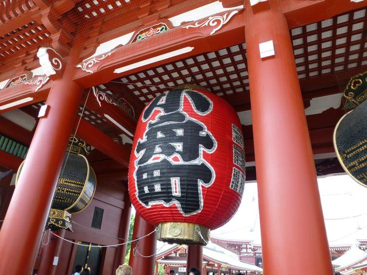 Linternas de la puerta hanzomon en el templo sensoji de for Puerta kaminarimon