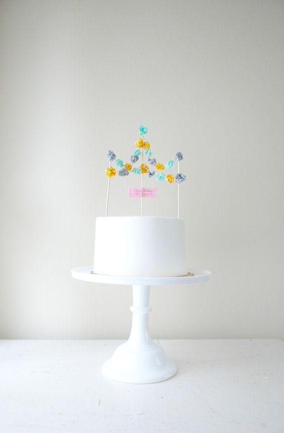 pom pom cake topper  Yksinkertainen on välillä se paras! Pompom kakkukoriste kruunaa valkoisen kakun!