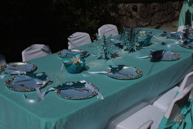 Frozen table setting. Blue table cloth. & 48 best Frozen Party Table settings images on Pinterest | Birthday ...