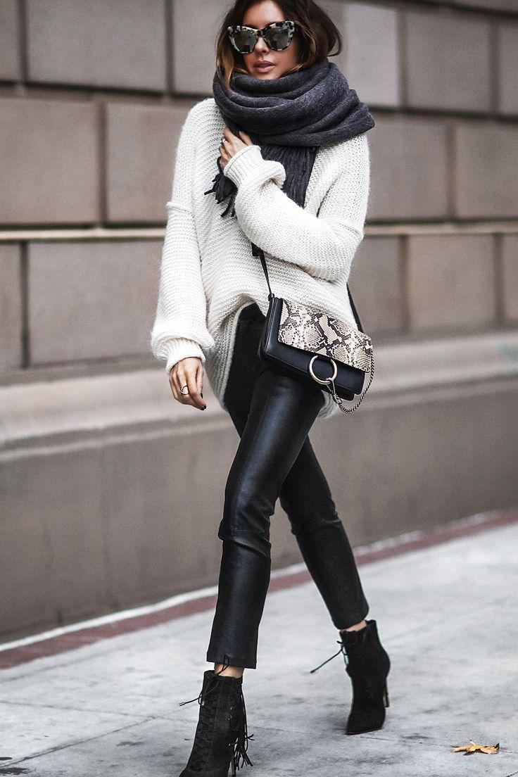 Ourfit mit schwarzer Lederleggings und weißem Strickpullover, Materialmix für den Winter #ootd #fashion