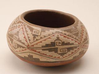 Vasija de cerámica policroma. 84 piezas pertenecientes al patrón decorativo diaguita fueron encontrados por el equipo arqueológico del Museo de Historia Natural de Valparaíso que investigó los vestigios de culturas prehispánicas en el Valle de Chalinga.