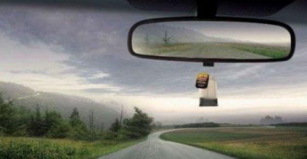Βάζει ένα φακελάκι τσάι κάτω από τον καθρέφτη του αυτοκινήτου του. Μόλις δείτε το λόγο, σίγουρα θα το κάνετε κι εσείς! [Εικόνες]