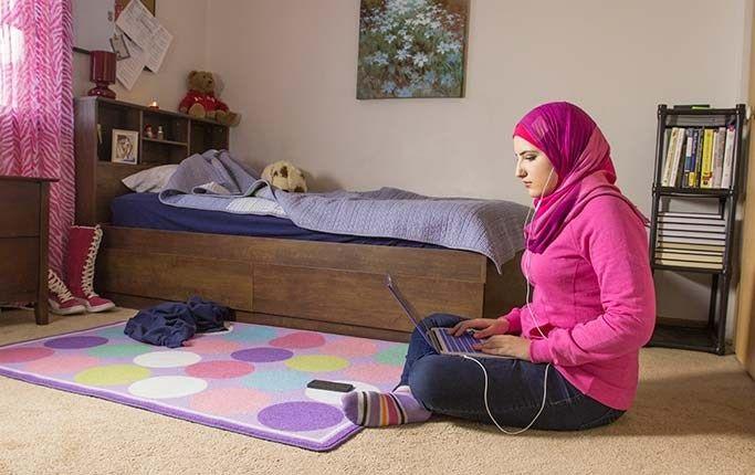 """I dokumentären """"#Chicagogirl"""" bekämpar Ala'a Basatne Syriens regim via sociala nätverk som Facebook, Twitter och Skype."""