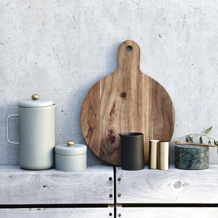 """Large, round wooden cutting board by the popular Danish brand House Doctor.   -----------------------  Stor, rund skärbräda """"Nature"""" i akaciaträ från danska designmärket House Doctor – Zippy Decor"""