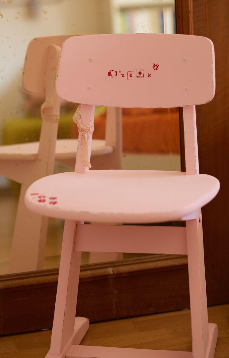 """Kinderstuhl in rosa mit Schriftzug """"Glück"""""""