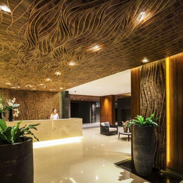 suspente faux plafond, carrelage blanc beige, hotel de luxe, plantes vertes d'intérieur